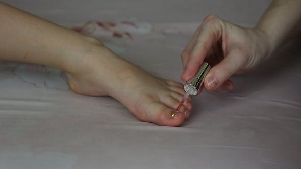 Mom Put On Nail Polish On Daughters Nails On The Feet By Lifebds