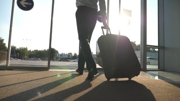 نتيجة بحث الصور عن Travel bag + man + airport